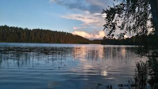 Omalta rannalta järvi maisemaa
