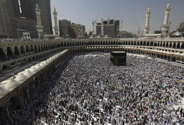 SEBAHAGIAN jemaah haji mengelilingi Kaabah di Mekah semalam.
