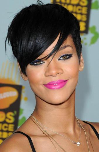 Saçları ile bizleri mest eden pop yıldızı Rihanna asimetrik saç kesiminin öncüsüdür. Rihanna asimetrik saç kesim modelini uzun ve kısa saçlarının hepsinde denemekte ve bu saç kesim modelini sıklıkla kullanmaktadır. Rihanna2nın bu asimetrik saç modelini açıklayacak olursak; bildiğimiz üzere Rihanna genelde saçlarının sol kısmını kazıtmakta ve sağ tarafındaki saçların ise uzun olmasını sağlamaktadır. Rihanna'nın resimde görnüş olduğunuz asimetrik saç kesim modelinde ise saçların uzun olan kısmı kulak hizasına kadar gelmektedir. Asimetrik saçlarını siyah kullanan Rihanna sadece saç kesim modeli ile değil aynı zamanda siyah saçları ile de göz kamaştırmaktadır.