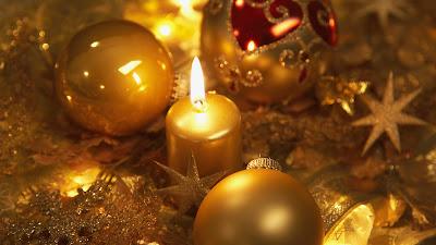Esferas y vela en bonita postal navideña