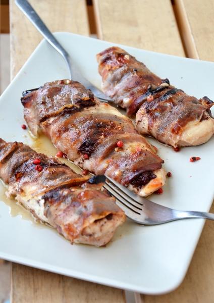 petto di pollo con patè d'oliva e fette di pancetta