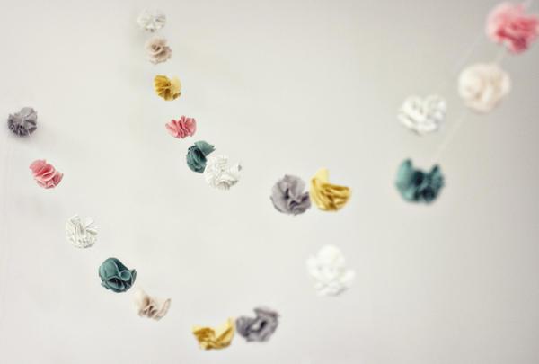 Guirnalda hecha con flores de tela
