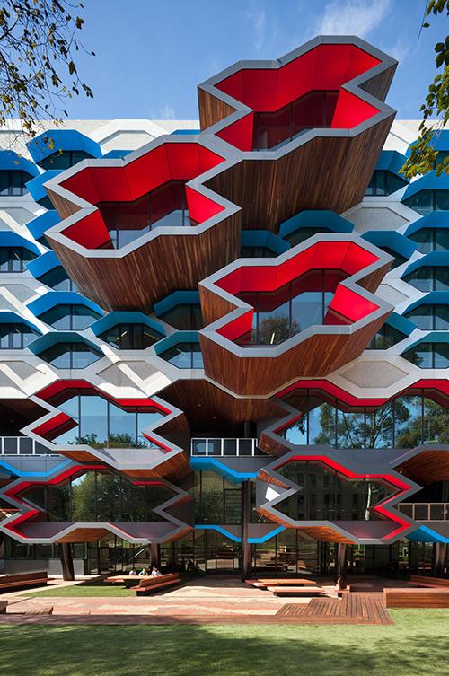 建築デザインとプロダクトデザインの大きな違いは、建築は一点物で、一方プロダクトは大量生産ということだ。