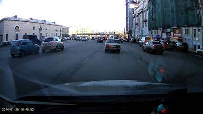 Ρωσίδα οδηγός έκανε -άθελα της- το παρκάρισμα του αιώνα