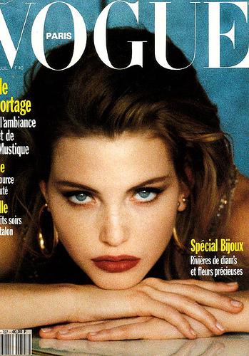 En 1993 sa carrière explose. Elle se teint les cheveux en blond