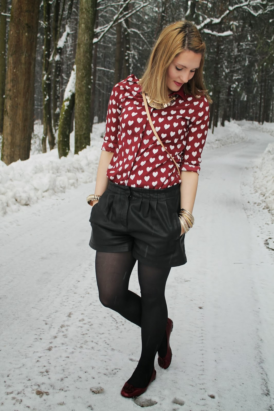 Fashion Blogger Kärnten Carinthia Austria Österreich Klagenfurt Persunmall Hearts Blouse Statementkette Statement Necklace Golden Accessoires Winter look Winter Fashion Style Fashionblogger Louis Vuitton Pochette Accessoires Tory Burch Flats Ballerinas