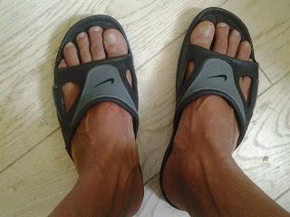 Homem usando chinelo slide estilo speedo - Pés Masculinos