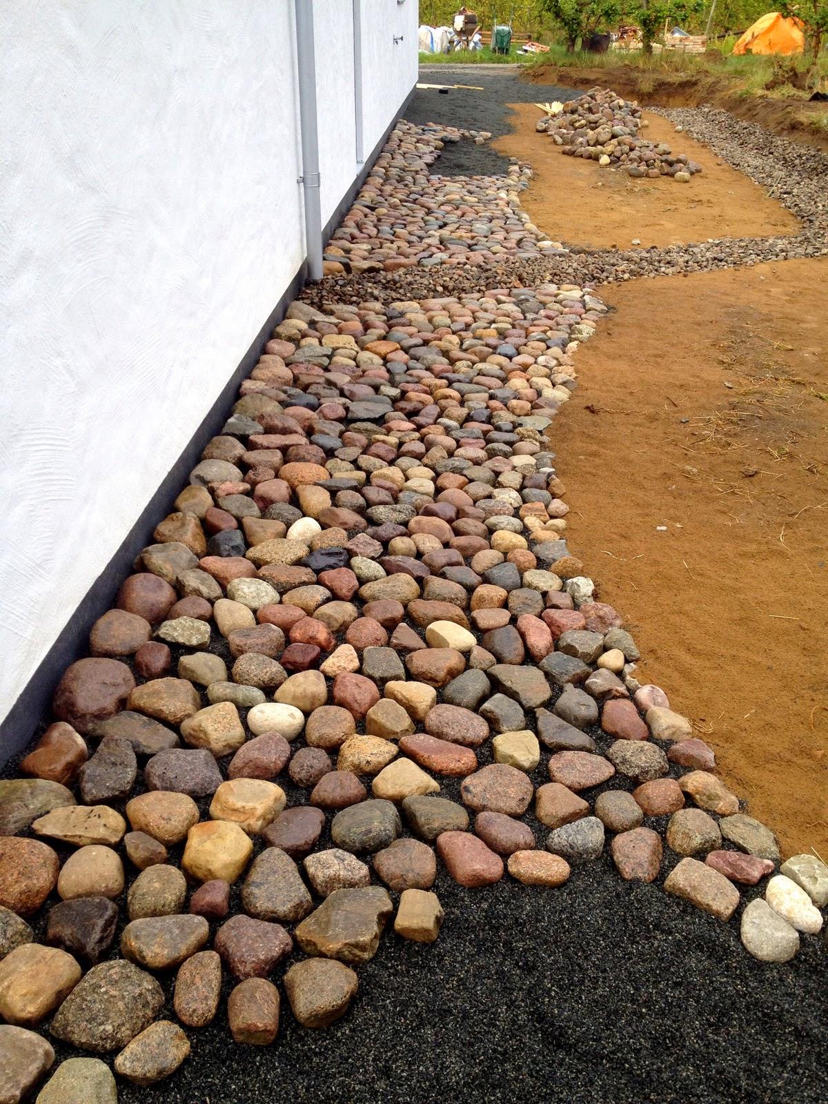 Villa Natura ekologiskt lågenergihus Österlen kullersten Bergsjöholm trädgård stenläggning