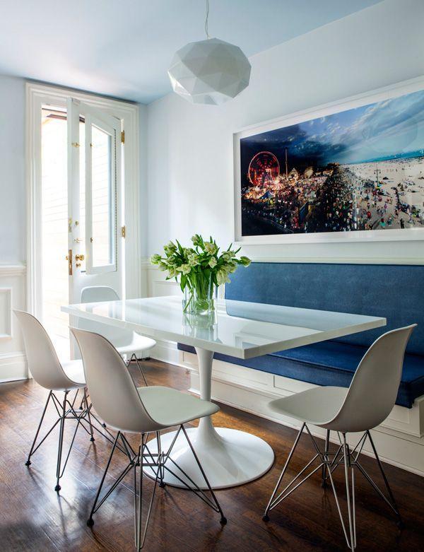 Blå, hvid og fotokunst på væggen i denne spisestue