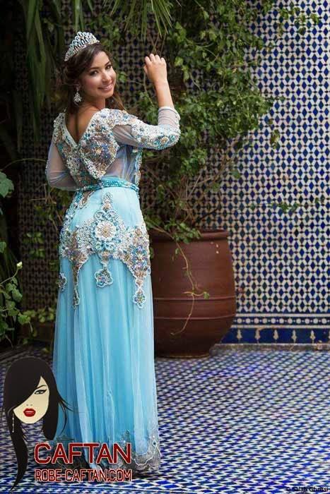 Robe caftan bleu attirante d'un soirée