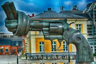 Pistola anudada, obra de Reuterswärd, en Malmö (Suecia)