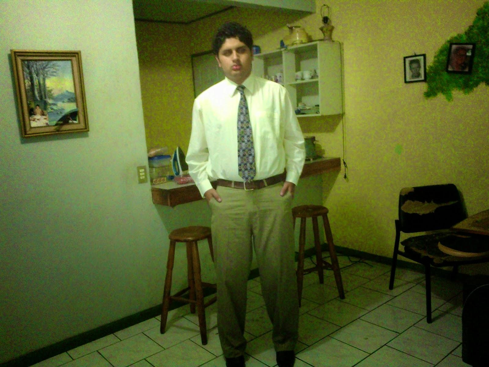 Foto con traje  de Daniel J. Campos Arce