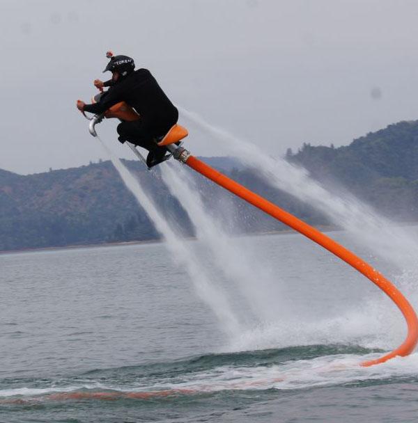 Jetovator é um veículo que usa água sob pressão para voar