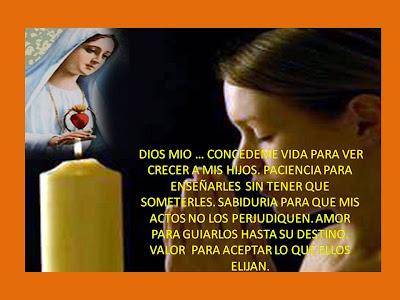 madre rezandole a la virgen