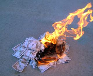quemar dinero, perder dinero