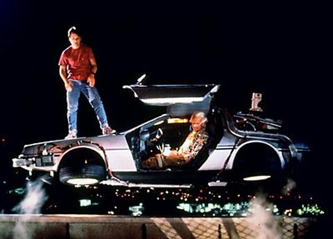DeLorean convertido en Bote simulando que vuela