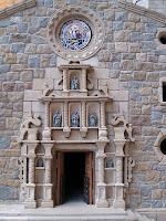 Detall de l'elegant portada barroca al mur de ponent de l'església de Santa Maria de Moià, reproduïda en la maqueta de Josep Fonts