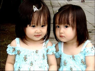 Cute little twin Baby Girls Pictures Download Freely
