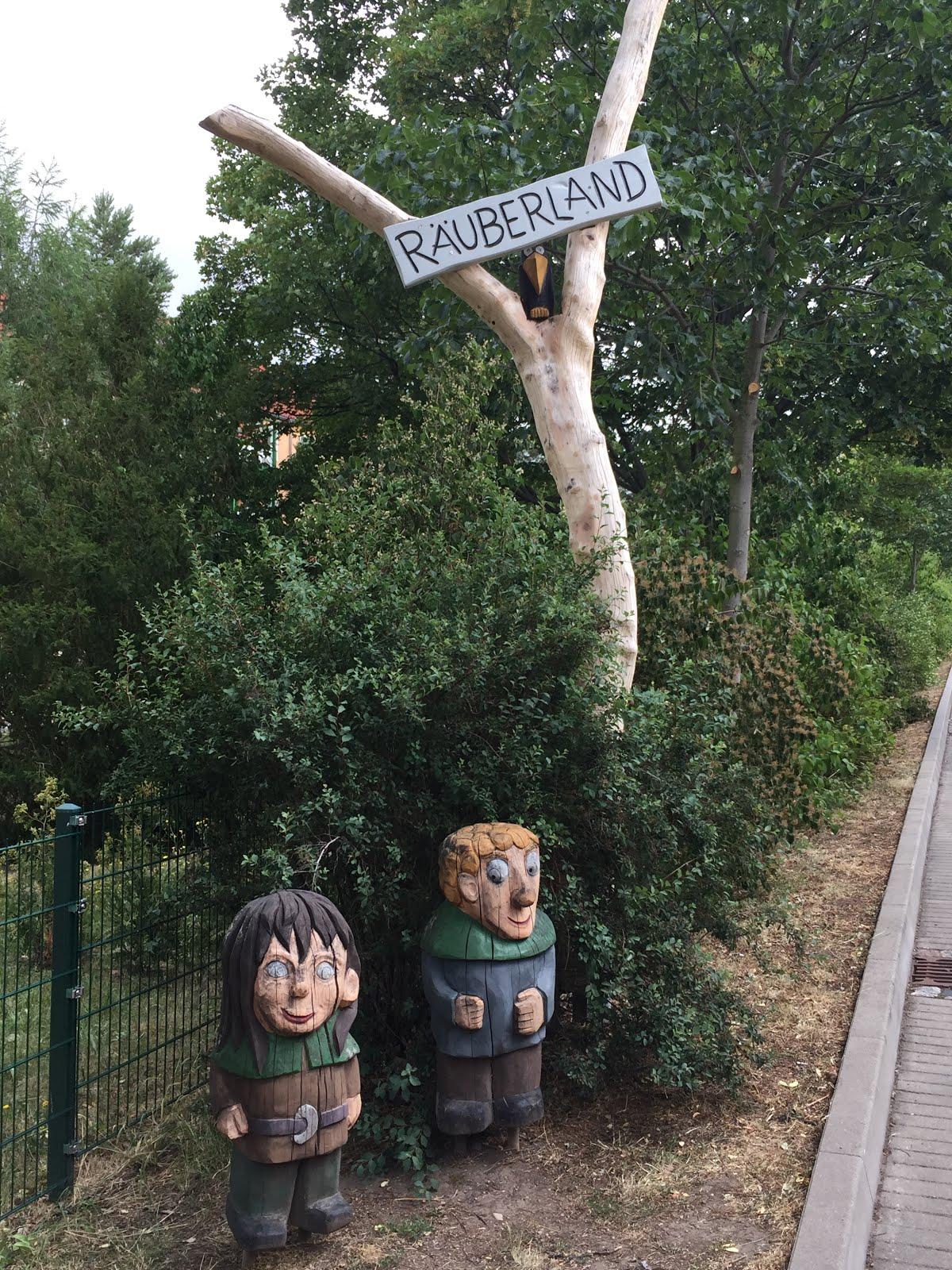 Diese zwei stehen vor einer Kindereinrichtung im Erfurter Süden