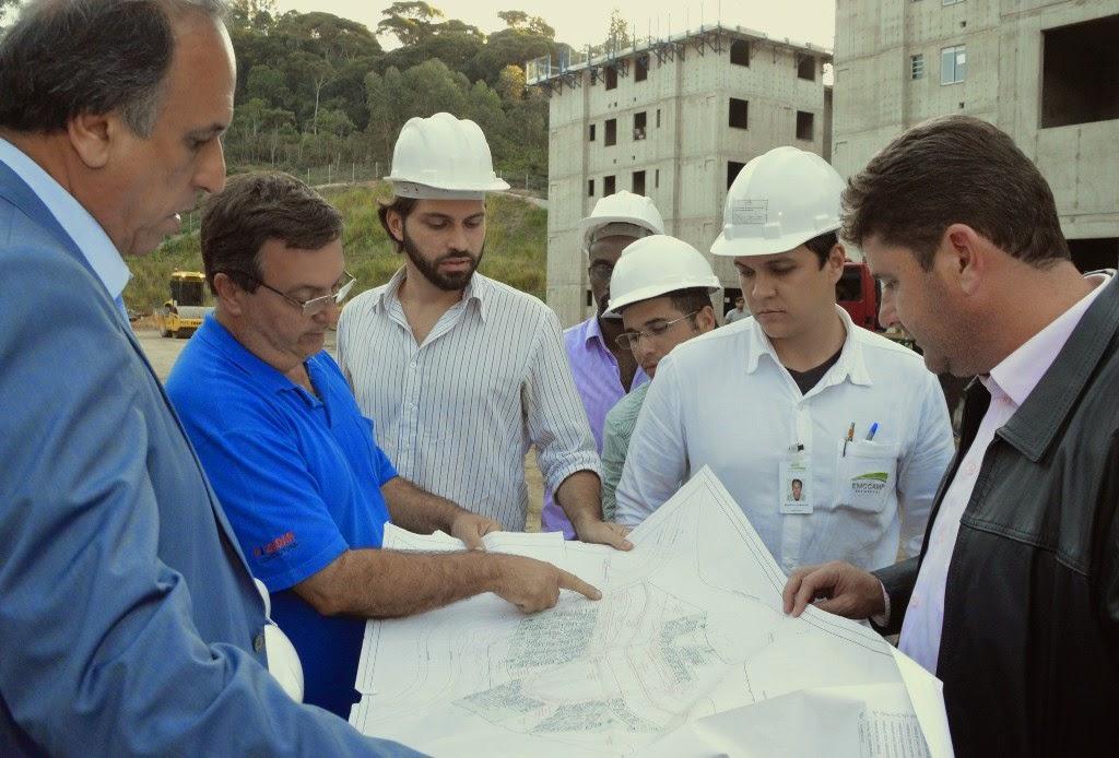 Governador Pezão e prefeito Arlei verificam andamento da obra de construção do condomínio