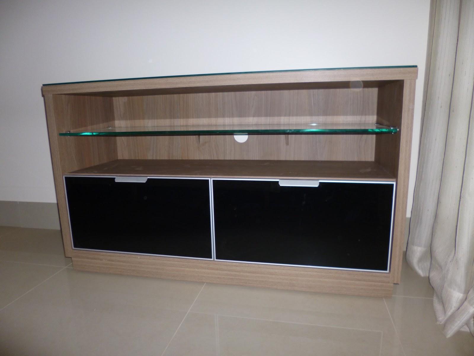 rack em mdf madeirado com prateleira e tampo em vidro frente das