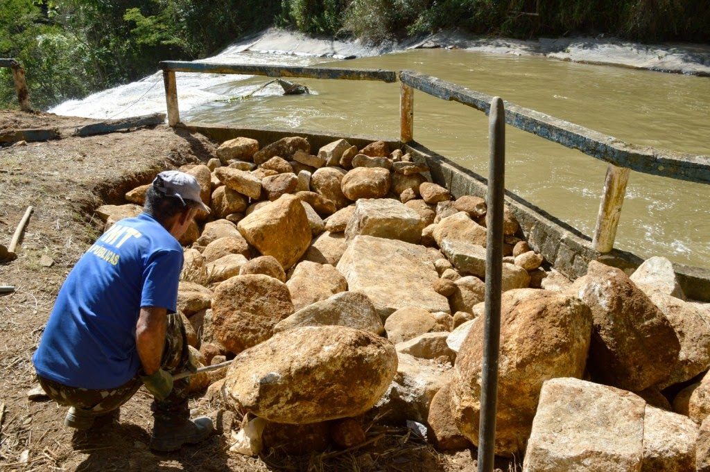 Contenção de pedras, provenientes do Horto Municipal, está sendo feita para sustentar um dos guarda-corpos