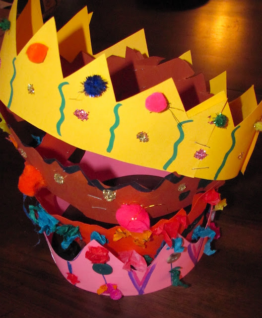 "Make mom ""Queen for the Day' with this fun crown - - Mothers Day activities for kids {Weekend Links} from HowToHomeschoolMyChild.com"