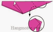 Bước 7: Gấp góc giấy xuống dưới vào trong giữa hai lớp giấy.
