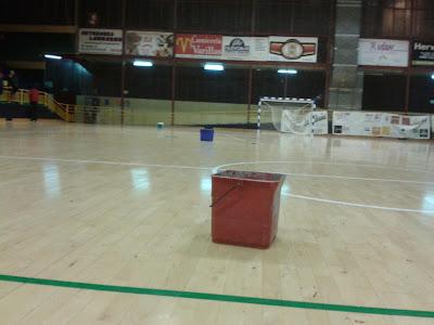 un cubo recoge el agua de las goteras en el pabellon de deportes