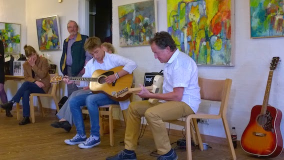 Mikkel Lynbech og eBBe Nielsen i duet med to guitarer