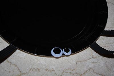 Halloween Spider Plates - www.thelifeofawannabesupermom.blogspot.com