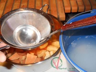 Cubrir la fruta con agua de cal.