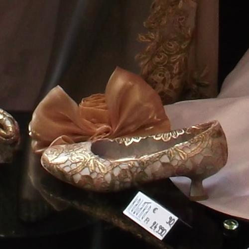 Csipke cipő trend - arany csipke díszítésű női cipő divatalkotás - Kaláka Collection