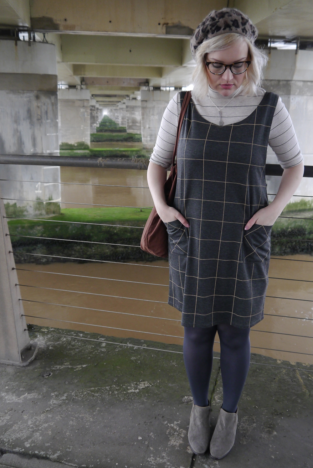 alternative to tartan, easy ways to wear a pinafore, 90s beret, Kerrie Aldo Dundee, 90s pinafore style, Scottish winter style, Scottish fashion blogger, Tay Bridge, Dundee style, scottish street style