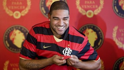 Adriano assina com o Flamengo