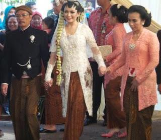 Kebaya Kutubaru Selvi Ananda Menantu Jokowi