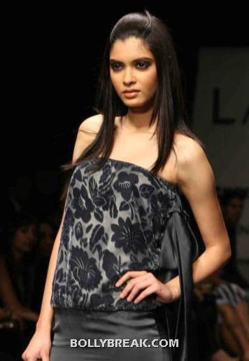 Diana Penty in black dress - broad shoulders - (26) - Diana Penty Hot Pics - Model Ramp Walk Fashion Show