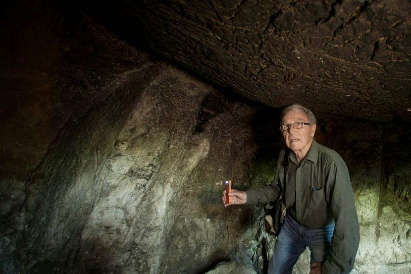 Aryeh Shimron di dalam Talpiot tomb (sumber : Rina Castelnuovo/The New York Times/Redux)