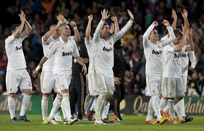All the Real Madrid team celebrates the victory at Camp Nou