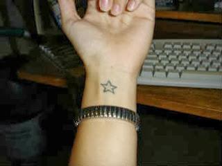 tatuagem-feminina-no-pulso-estrelas