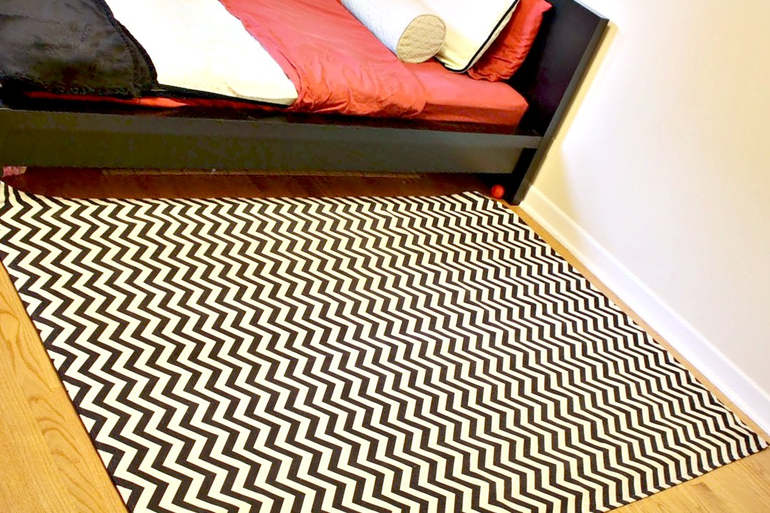 Hip2thrift how to make your own chevron rug using fabric for Diy fabric carpet