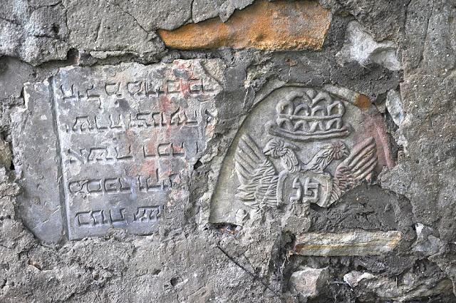 Gdyby kamienie umiały mówić… Fragmenty macew w murze obok domu przy ul Partyzantów - Końskie. Foto KW.