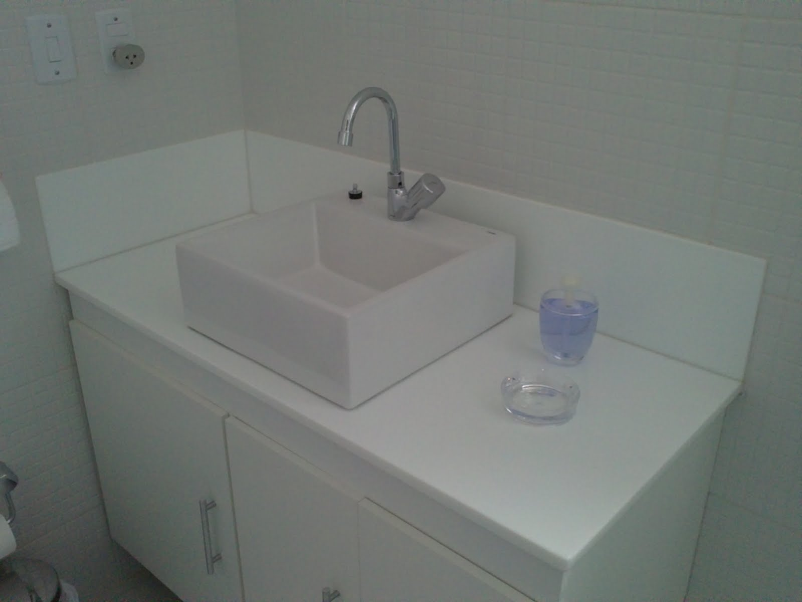 Ângulo Mármores e Granitos: Bancadas de Banheiro Nanoglass #535E59 1600x1200 Banheiro Com Granito Branco Siena