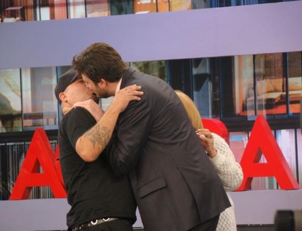 Danilo Gentili da beijo ao vivo no baixista mingau do Ultraje a Rigor