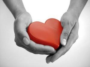 هل أنت مشغول عن الحب؟ - المشاعر والرومانسية -يد رجل يمسك يحمل قلب احمر - man hand holding red heart