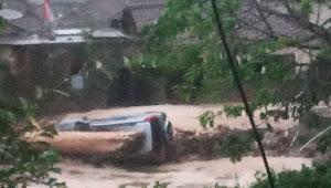 Diterjang Banjir Bandang, 1 Unit Roda 4 dan 1 Rumah Terbawa Hanyut Di Sukabumi