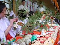 神社は400年前から福笹を取り付けている