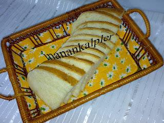 Yumuşacık, pamuk gibi bir ekmek yapmak ister misiniz? Daha önce Esmer ve Çiçek ekmek tariflerini paylaşmıştım. Bu tarif onlardan daha farklı oluyor. Lezzet değişikliği arayanlar için yaş mayalı ekmek tarifini de paylaşıyorum sizler ile...