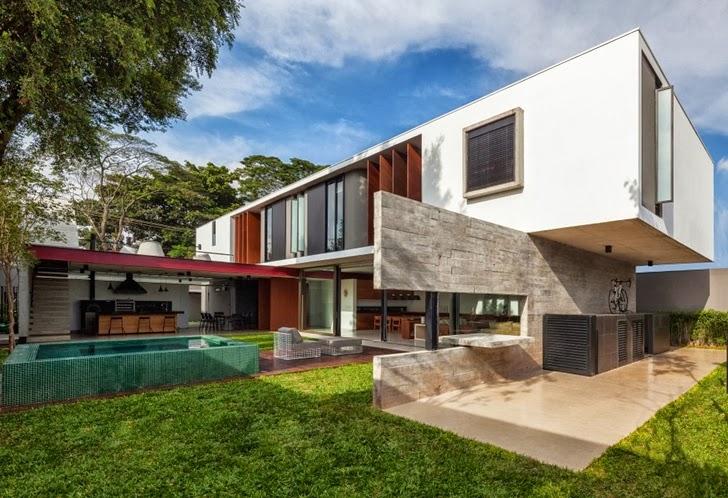 Backyard of the Modern Planalto House by Flavio Castro