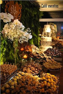 orquídeas branca, chuva de prata, bandeja de prata, velas âmbar, bolo
